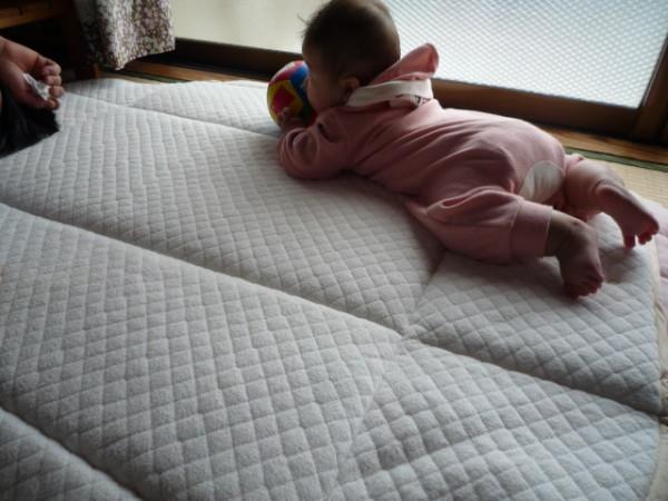 赤ちゃん生後5か月 寝返り練習中画像